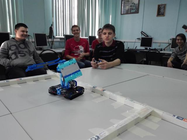 управление роботом сидя