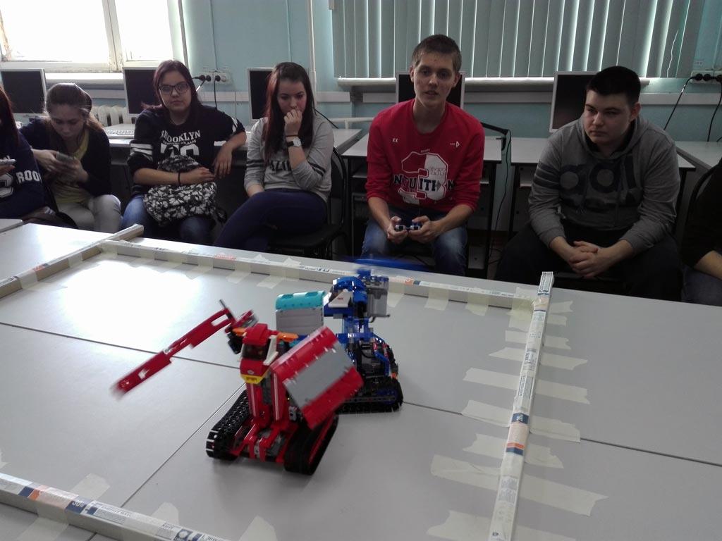 бой роботов в самом разгаре